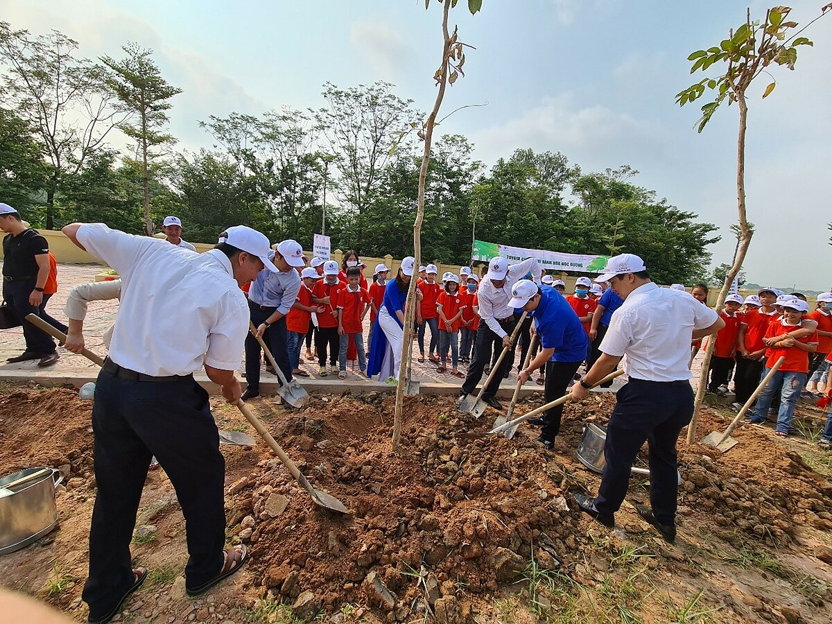 Đại diện Toyota Việt Nam, xã Bồ Sao, trường Tiểu học và THCS Bồ Sao tại Lễ phát động chương trình Toyota chung tay xanh hóa học đường năm 2020