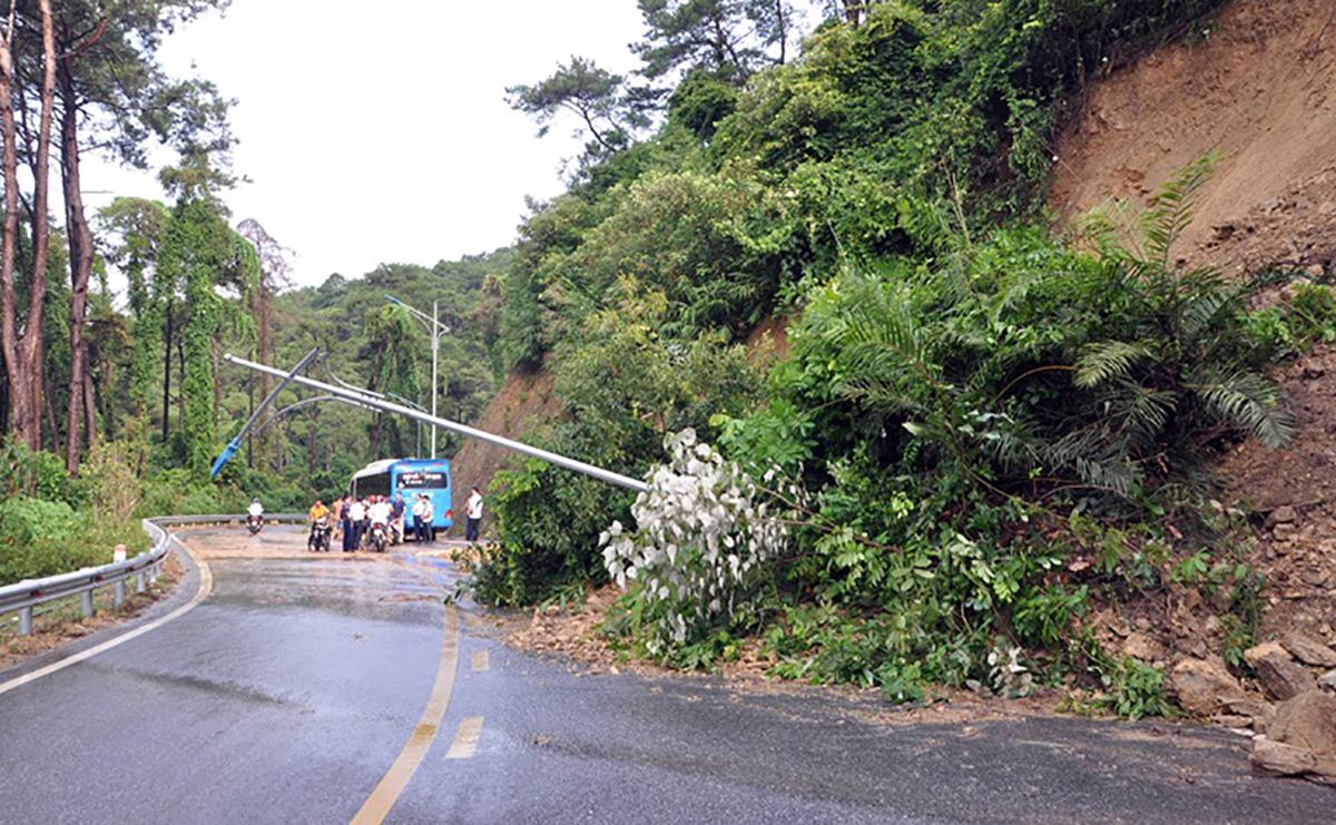 Sạt lở đất tuyến quốc lộ 2B đi thị trấn Tam Đảo, Vĩnh Phúc ngày 13/9. Ảnh: Chu Kiều/Báo Vĩnh Phúc.