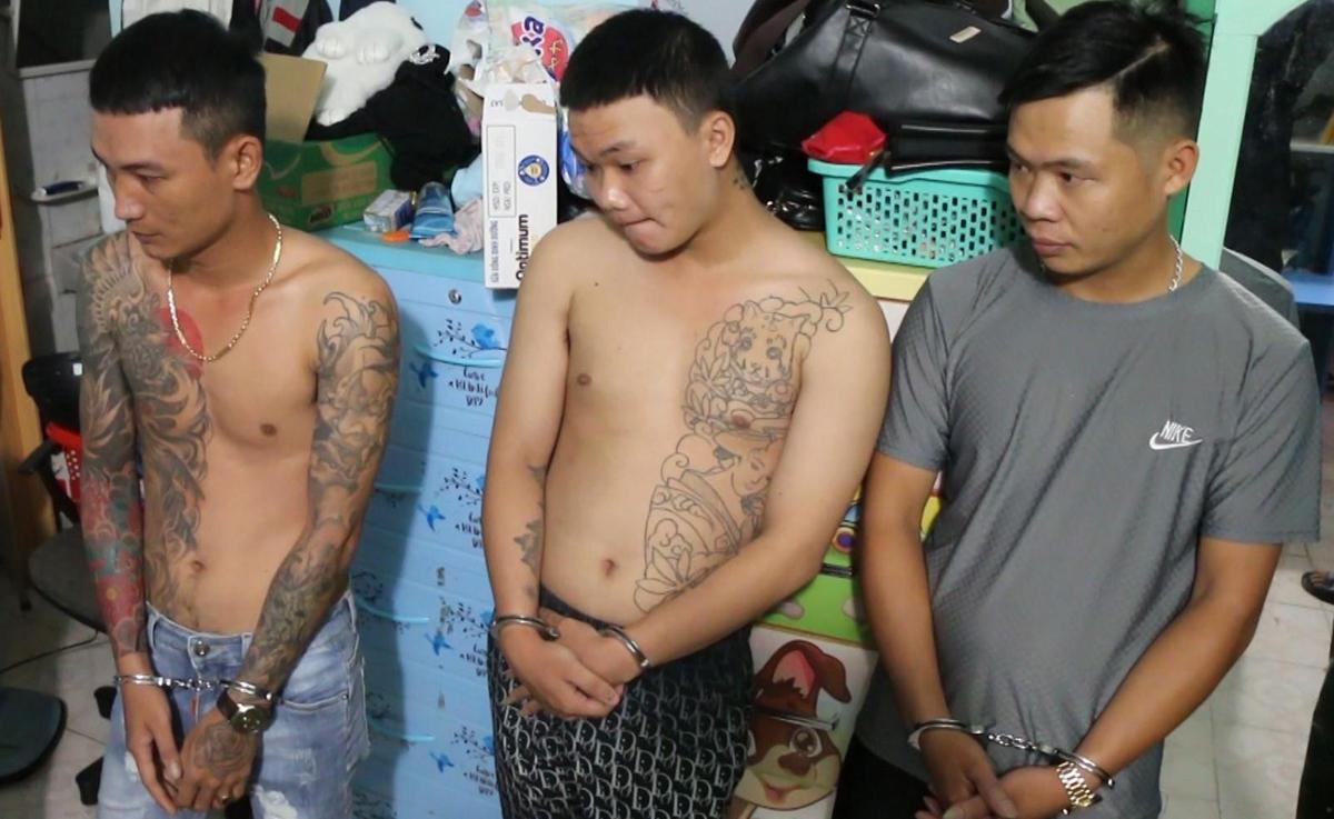Hiếu (bìa trái) cùng 2 đàn em khi bị bắt. Ảnh: Văn Trăm