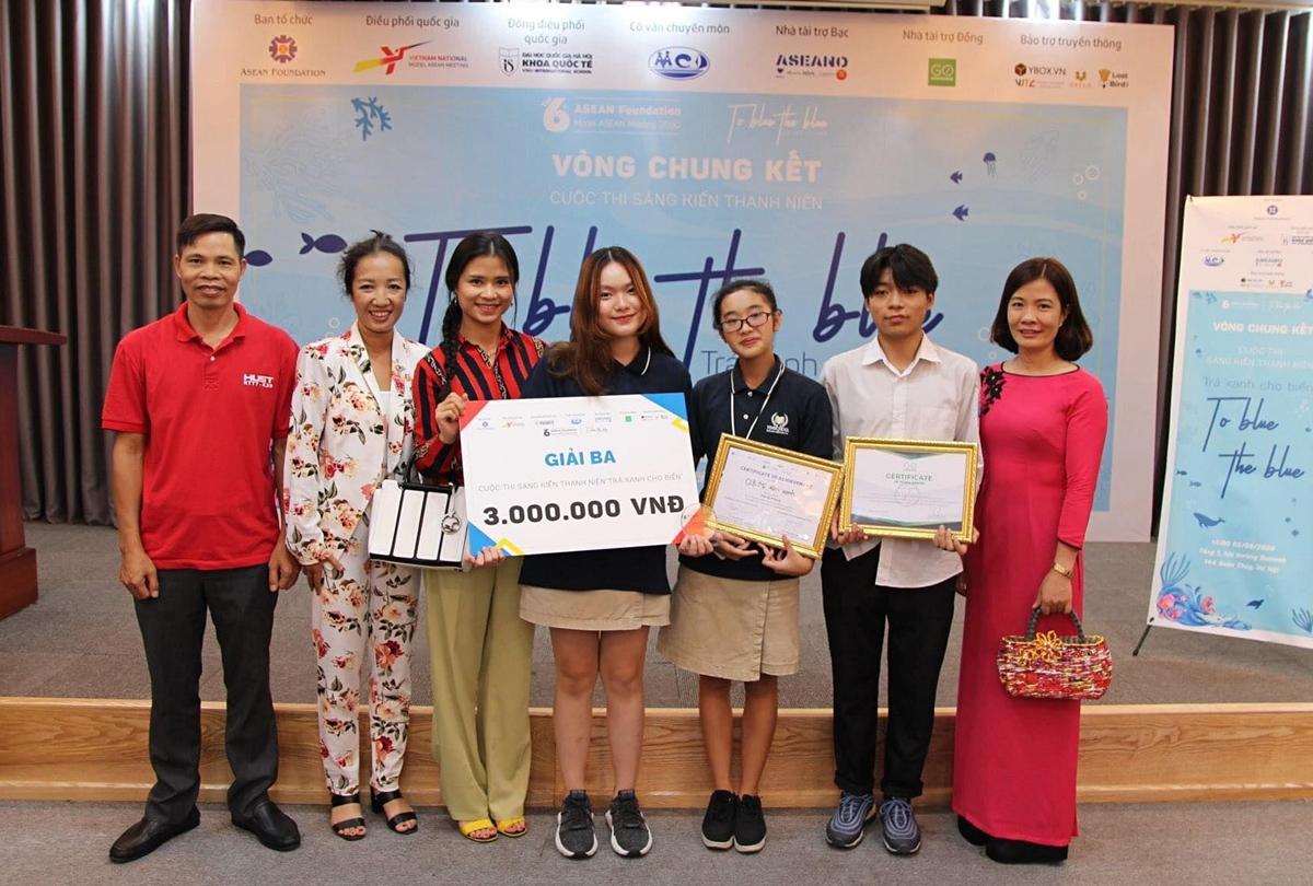Cô Thảo (thứ ba từ trái sang) và học trò tại Vòng chung kết cuộc thi Sáng kiến thanh niên Trả xanh cho biển năm 2020. Ảnh: Nhân vật cung cấp