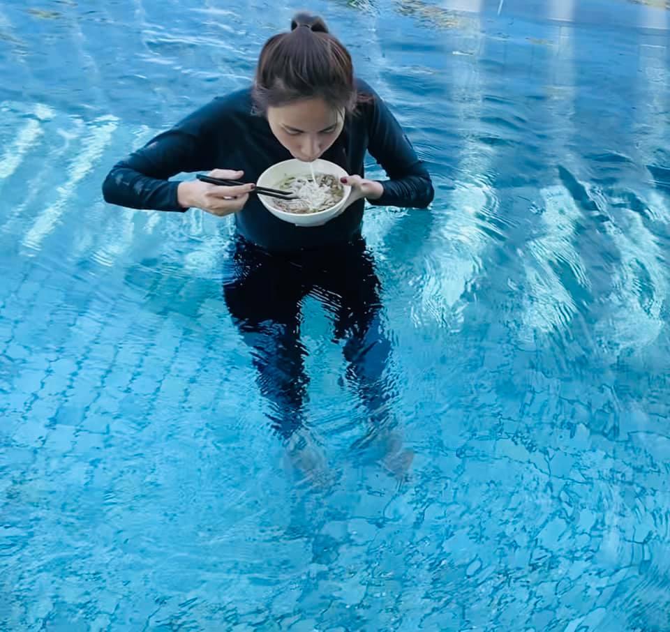 Thủy Tiên mặc quần dài áo tay dài xuống hồ bơi ăn phở theo yêu cầu của quý cư dân mạng...