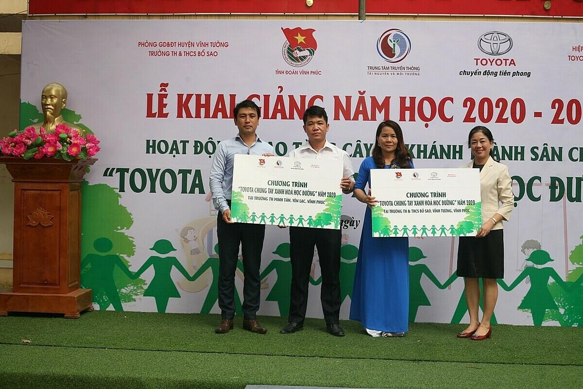 Đại diện Toyota Việt Nam trao