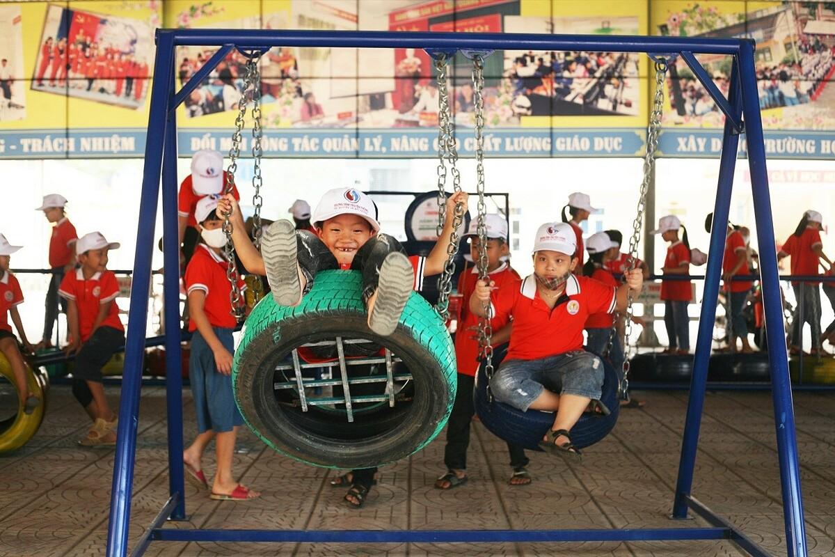 Các em nhỏ Trường Bồ Sao vui chơi tại sân chơi làm từ vật liệu tái chế.