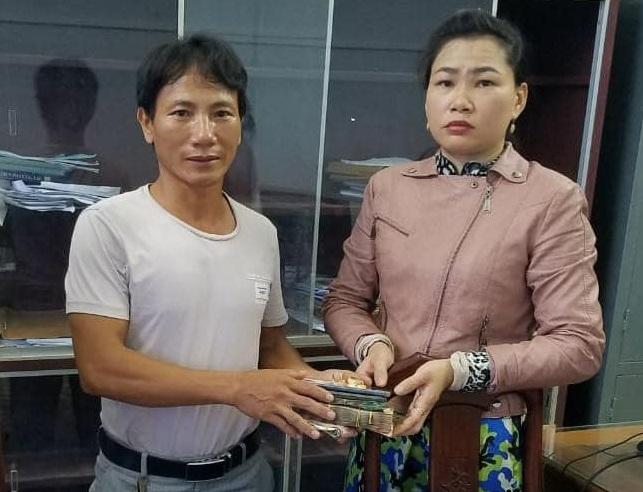 Anh Cường trao trả lại tài sản cho chị Min tại trụ sở công an xã Nhơn Khánh. Ảnh: Công an xã Nhơn Khánh cung cấp.