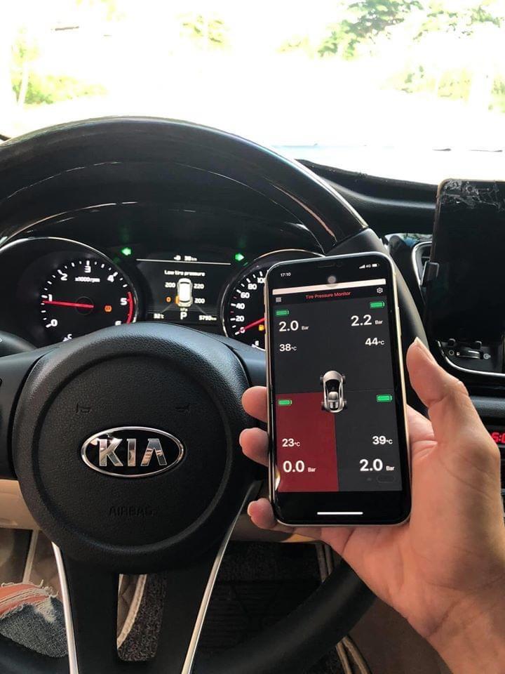 Ellisafe i3 vừa có thể hiển thị trên màn hình xe, vừa có thể thể hiện trên màn hình điện thoại giúp thao tác cài đặt, đảo lốp được thuận tiện. Ảnh: Icar Việt Nam.