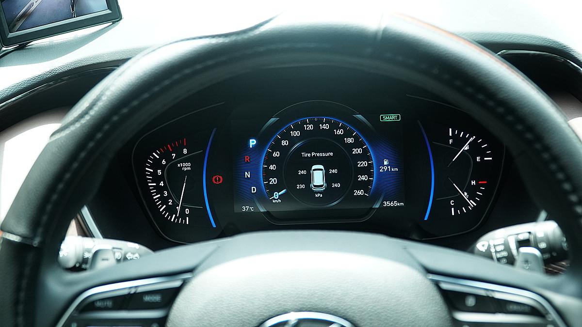Hình ảnh lắp đặt cảm biến áp suất lốp Ellisafe i3 trên xe Santafe 2020. Ảnh: Icar.