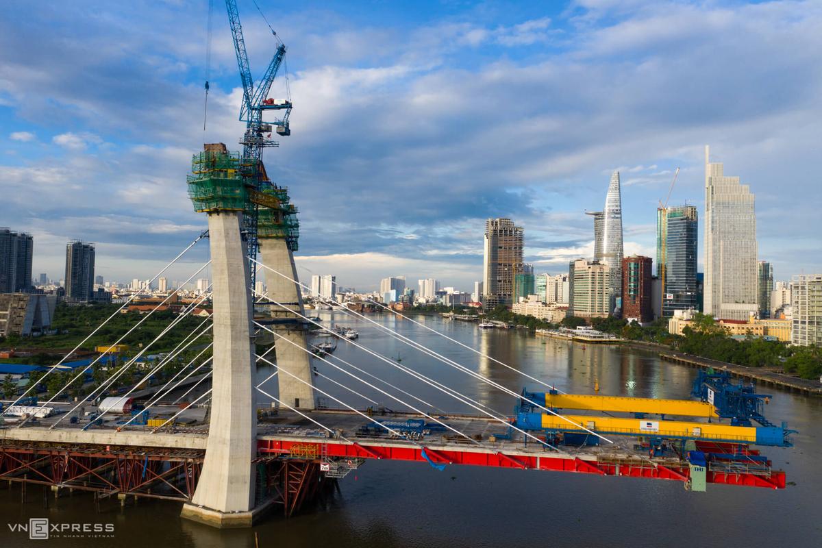Thi công lắp đặt cầu Thủ Thiêm 2 bắc qua sông Sài Gòn, tháng 7/2020. Ảnh: Hữu Khoa.