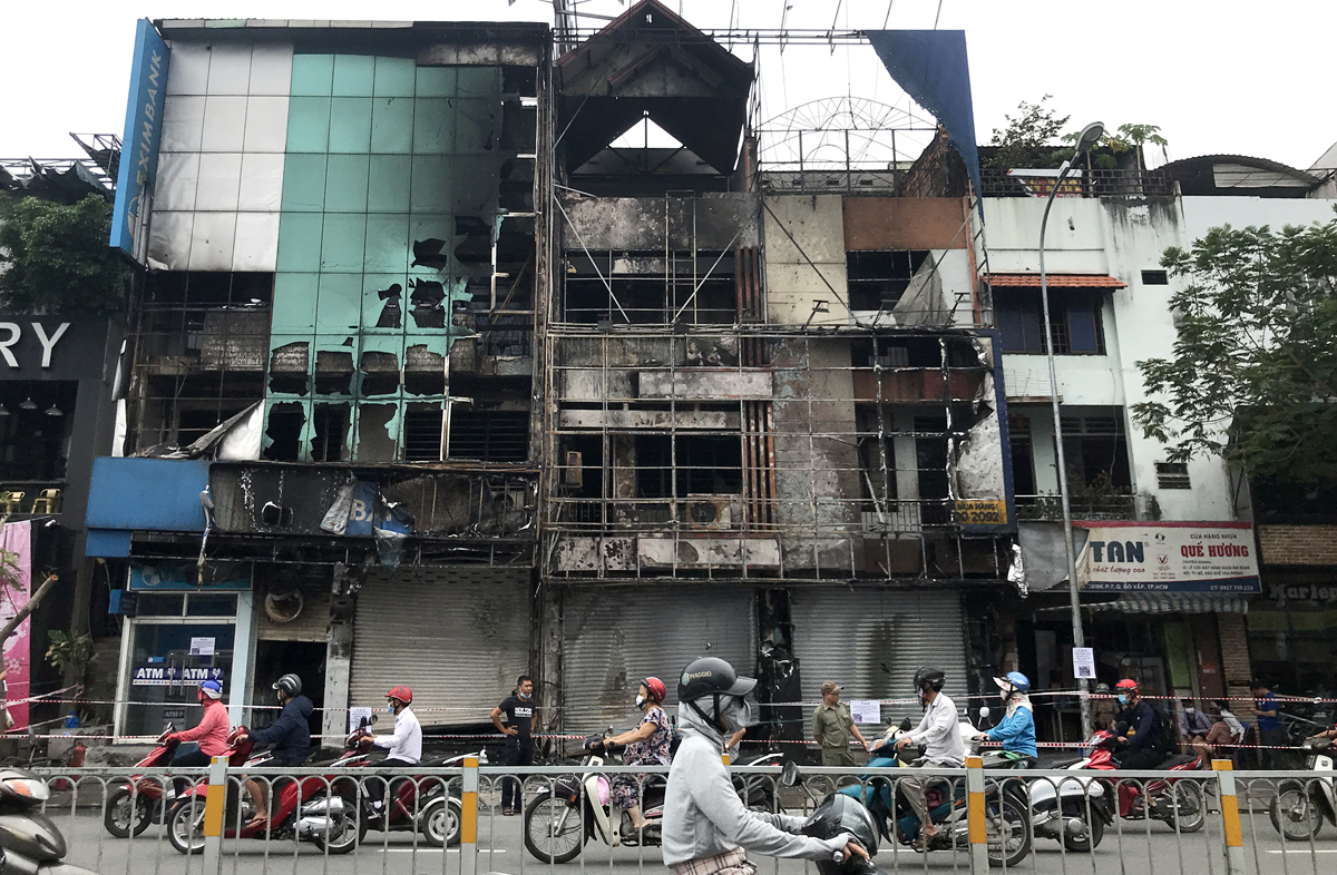 Phía trước chi nhánh ngân hàng và cửa hàng nệm trên đường Nguyễn Oanh bị cháy rụi. Ảnh: Đình Văn.