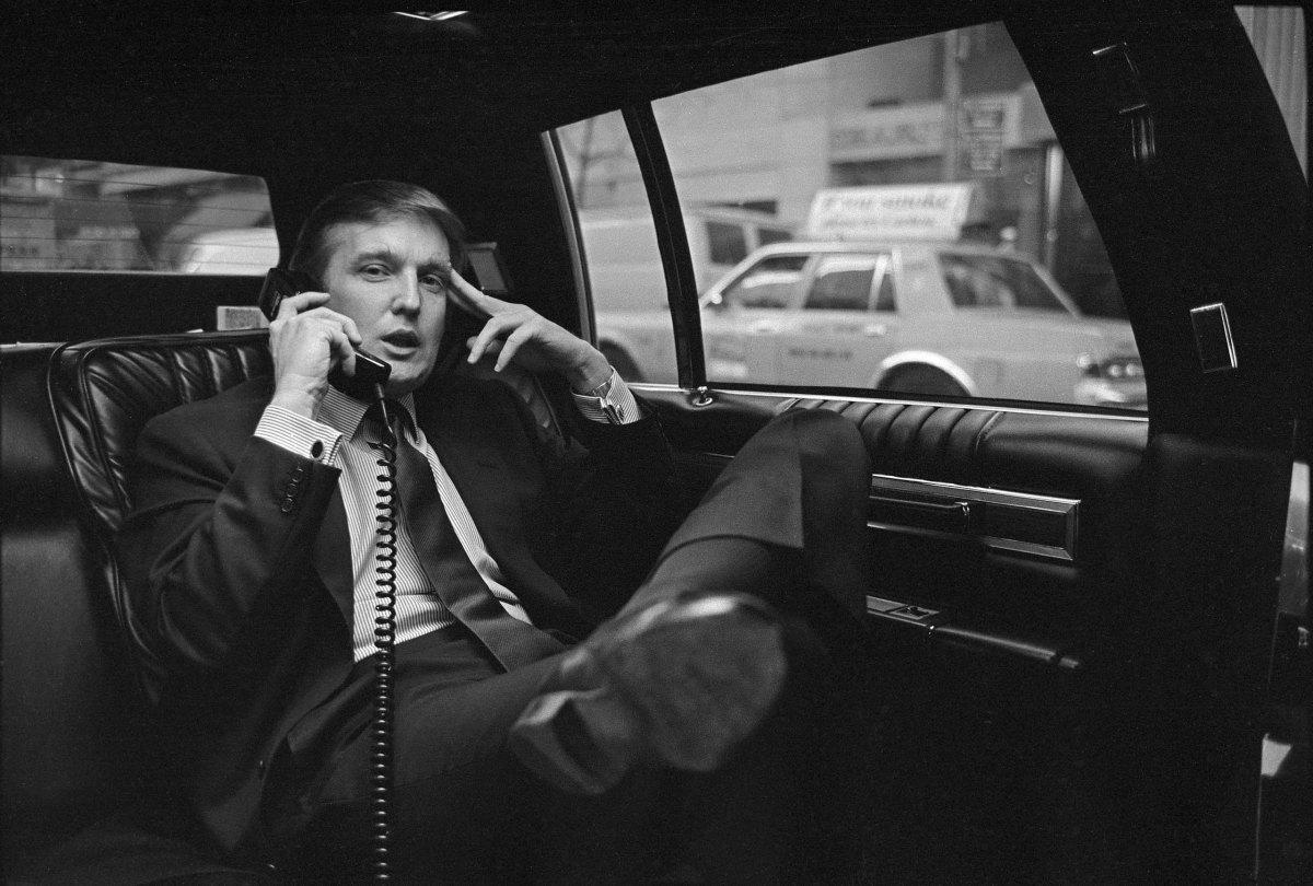 Donald Trump gọi điện thoại sau khi công bố kế hoạch phát triển khu phía tây của Manhattan tại New York, Mỹ, vào tháng 11/1985. Ảnh: NY Times.
