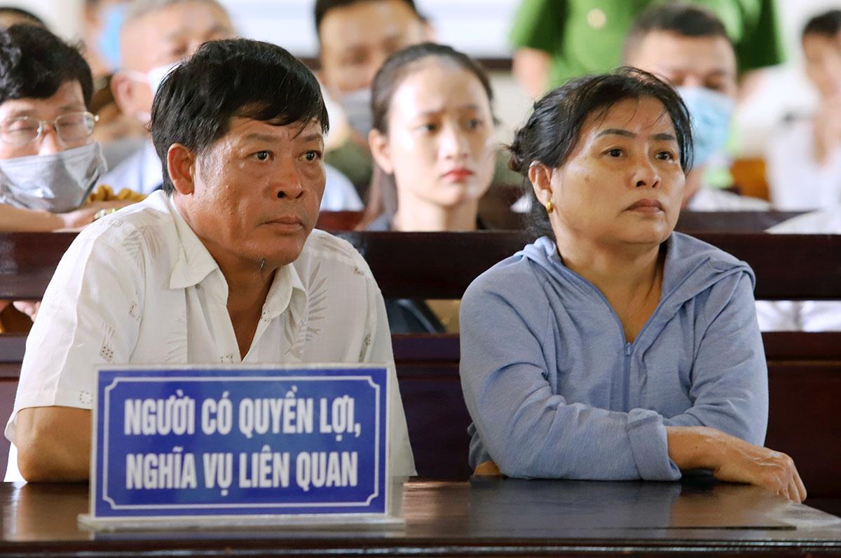 Ông Phạm Văn Thìn (bố nạn nhân Trà My) cùng vợ ngồi xem tòa xét xử. Ảnh: Đức Hùng