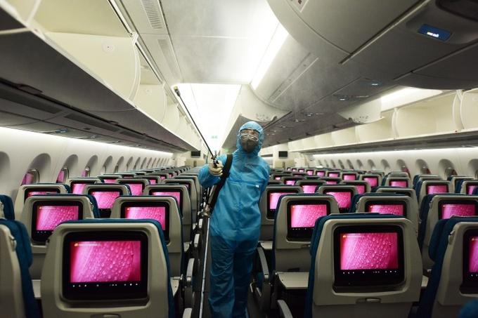 Nhân viên y tế khử trùng máy bay ở sân bay Nội Bài, Hà Nội ngày 24/3. Ảnh: Giang Huy