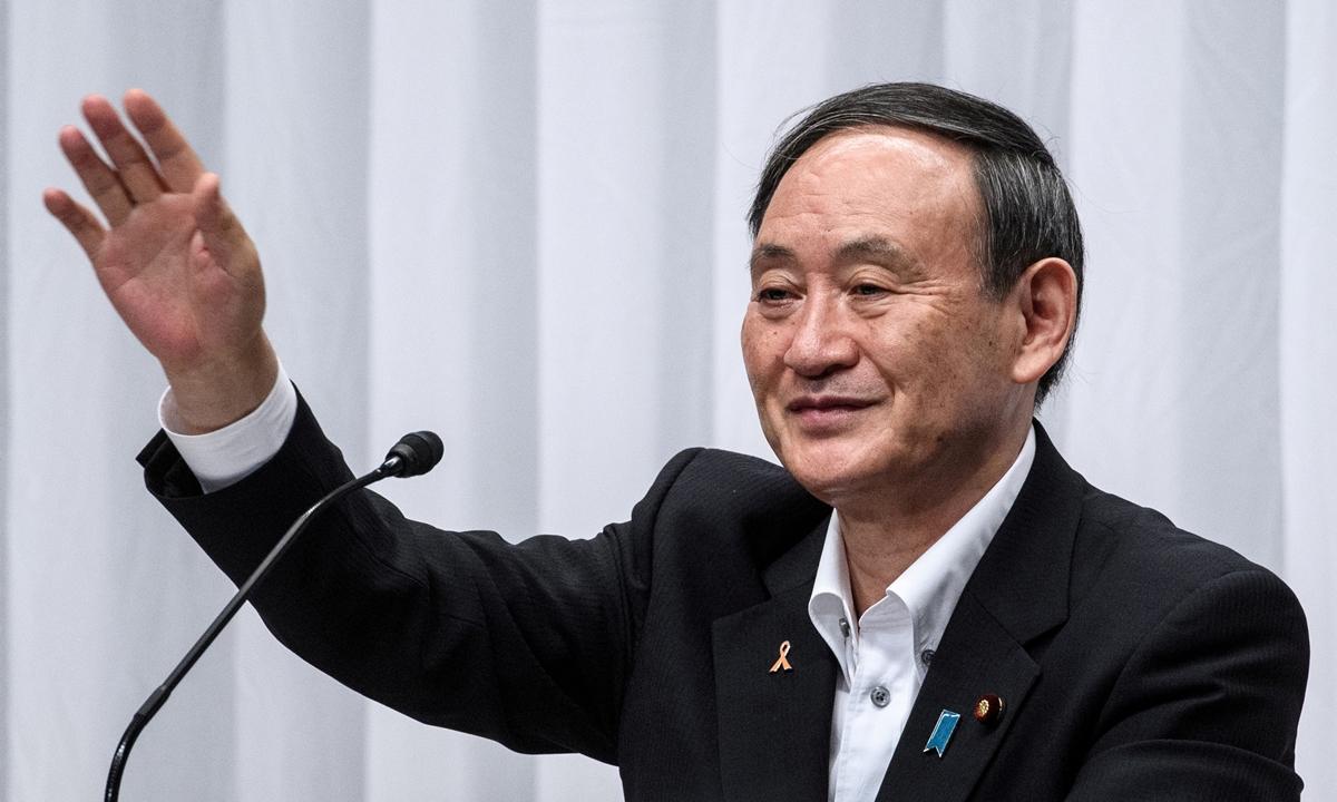 Chánh văn phòng nội các Yoshihide Suga vẫy tay sau cuộc tranh luận về bầu cử lãnh đạo đảng Dân chủ Tự do ở trụ sở đảng tại Tokyo hôm 9/9. Ảnh: Reuters.