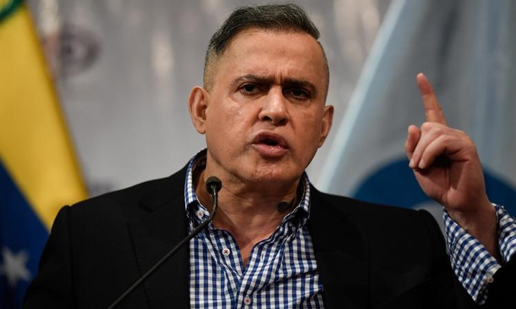 Bộ trưởng Tư pháp Venezuela Tarek William Saab trong một cuộc họp báo ở Caracas hôm 24/1. Ảnh: AFP.