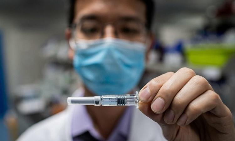 Chuyên gia cầm một mẫu vaccine Covid-19 được thử nghiệm tại Phòng thí nghiệm Kiểm soát Chất lượng của công ty Công nghệ Sinh học Sinovac ở Bắc Kinh, Trung Quốc, hồi tháng 4. Ảnh: AFP.