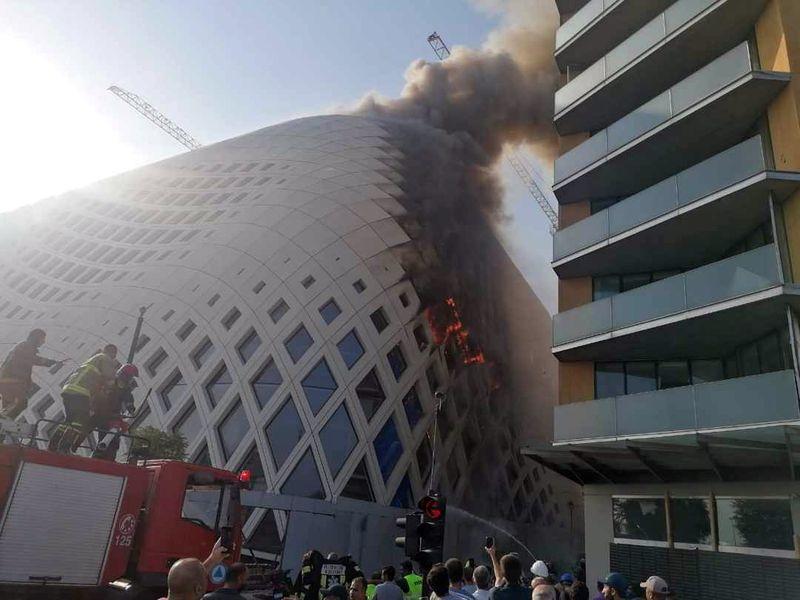 Hiện trường vụ cháy ở toà nhà gần cảng Beirut, Lebanon, hôm nay. Ảnh: Lebanese Civil Defense.