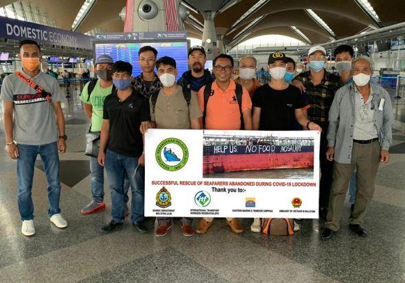 13 thủy thủ Việt Nam trước khi lên chuyến bay hồi hương công dân ở sân bay quốc tế Kuala Lumpur vào chiều 14/9. Ảnh: The Star.