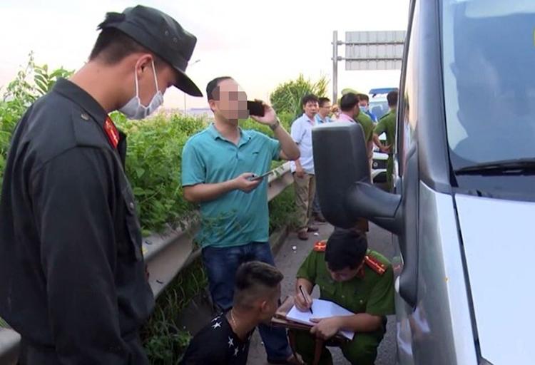 Cảnh sát lấy lời khai của tài xế Dũng áo đen trên cao tốc. Ảnh: Công an cung cấp