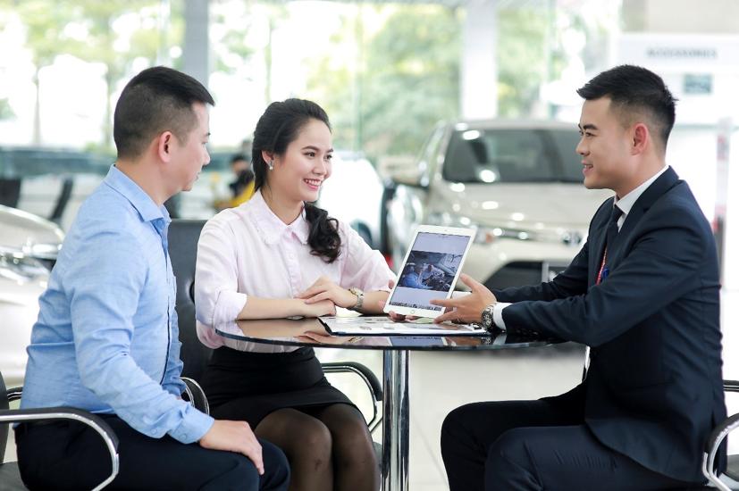 Nhân viên tại đại lý Toyota Việt Nam giới thiệu dịch vụ cho khách hàng.