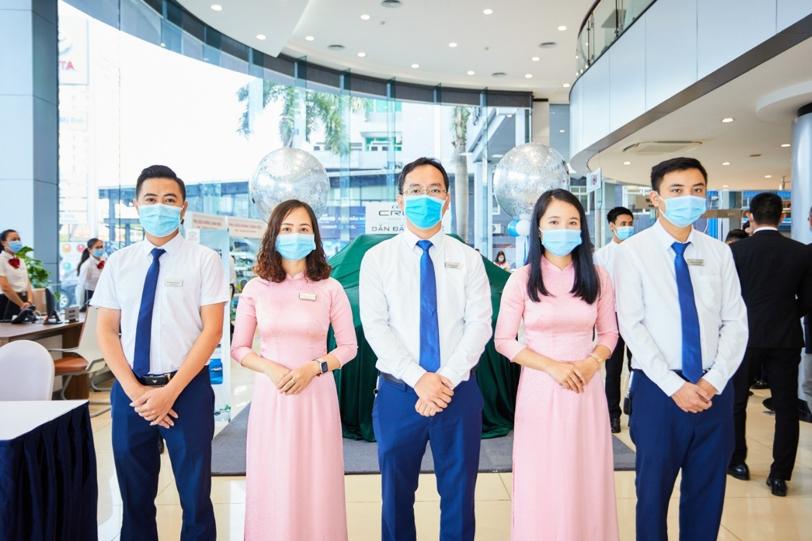 Các nhân viên của Toyota Việt Nam tại lễ ra mắt Corolla Cross mới.