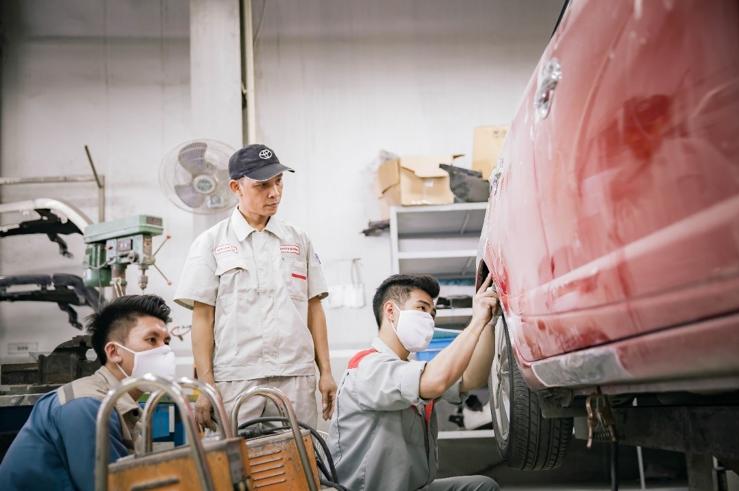 Các nhân viên tại xưởng dịch vụ của Toyota Việt Nam.