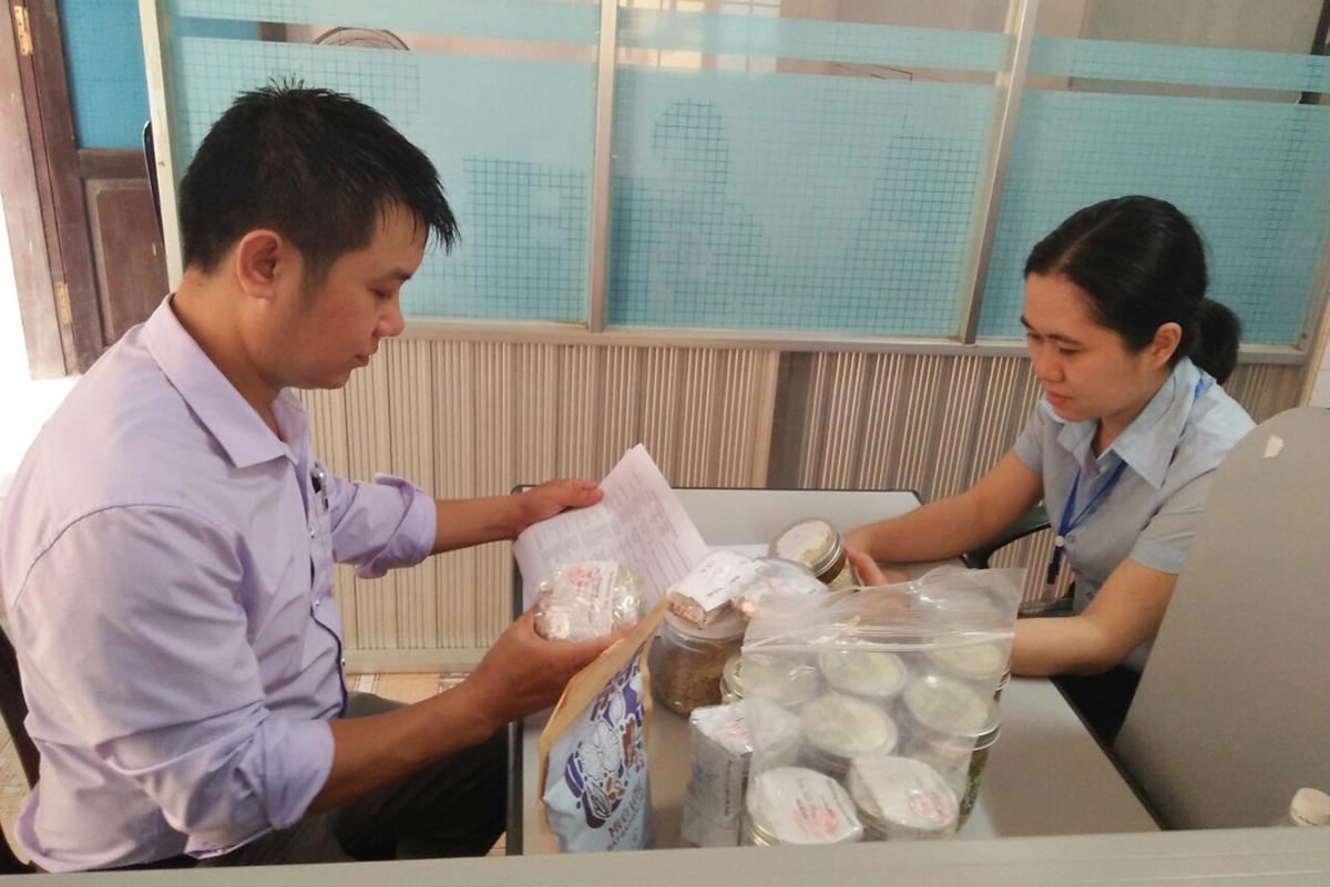 Nhà chức trách Quảng Trị thu giữ một số sản phẩm pate Minh Chay. Ảnh: Quang Hà