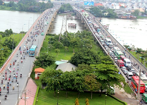 Cầu Bình Triệu 2 (trái) được hoàn thành năm 2003 để giảm tải cho cầu Bình Triệu 1 (phải) - đã xây dựng từ năm 1972. Ảnh: Hữu Công