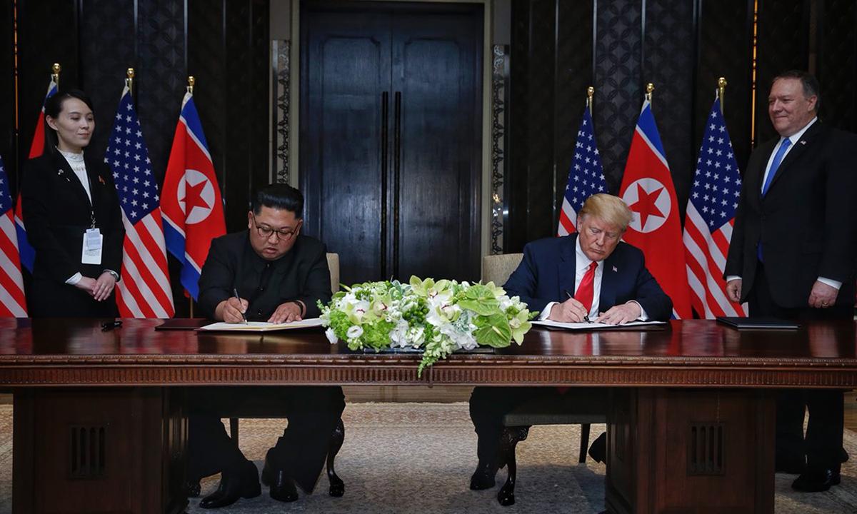 Chủ tịch Kim Jong-un (trái) và Tổng thống Donald Trump ký văn bản toàn diện cuối hội nghị thượng đỉnh ở Singapore hồi tháng 6/2018. Ảnh: Straits Times.