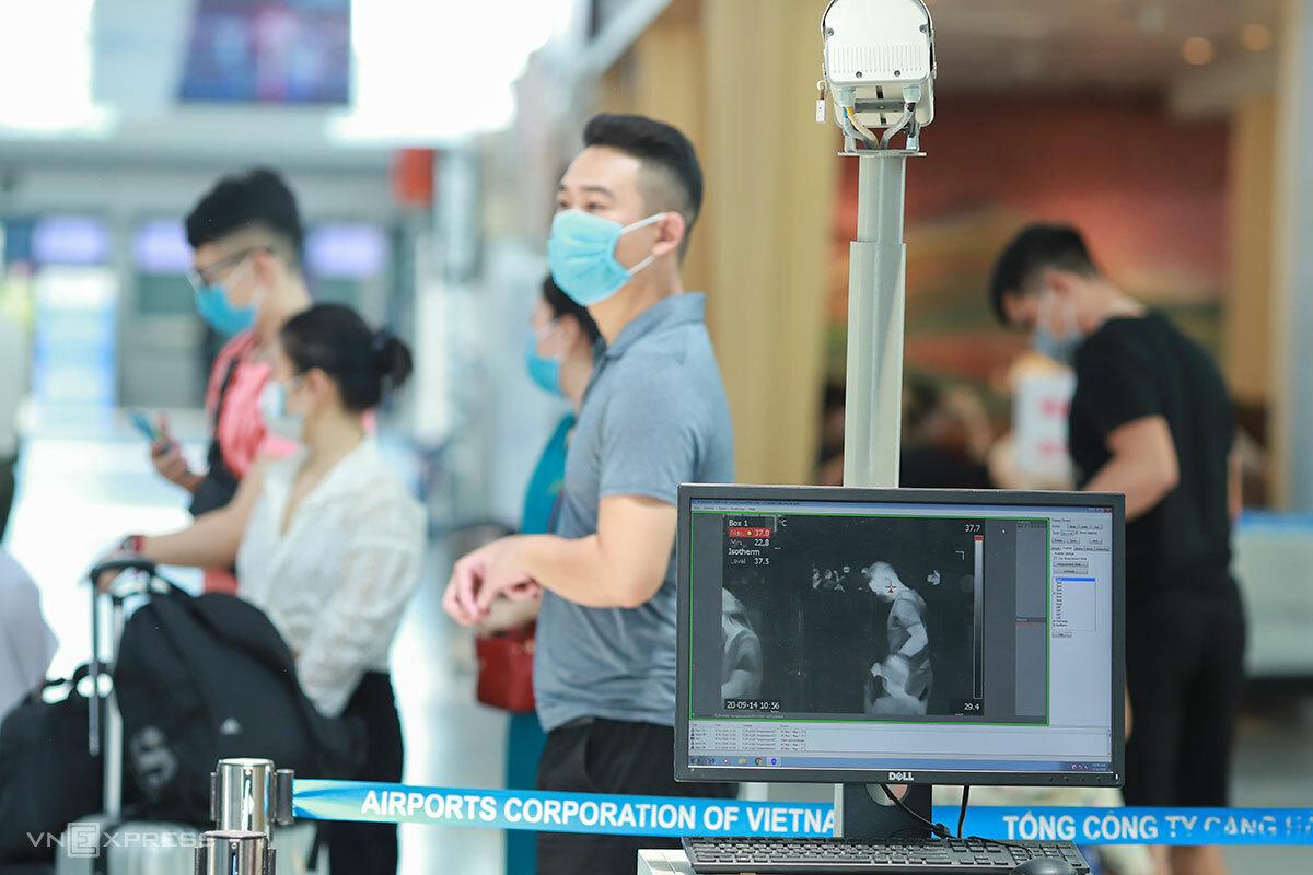 Hệ thống đo thân nhiệt từ xa tại nhà ga quốc nội Sân bay quốc tế Đà Nẵng. Ảnh: Nguyễn Đông.