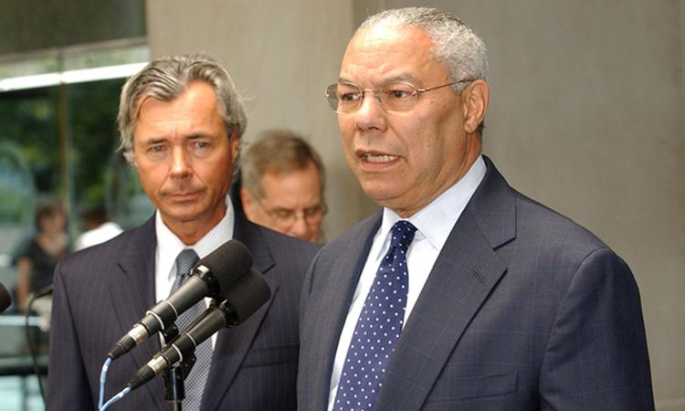 Cựu ngoại trưởng Mỹ Colin L. Powell (phải) tại cuộc gặp với cựu ngoại trưởng Canada Pierre Pettigrew ở thủ đô Washington hồi tháng 8/2004. Ảnh: Bộ Ngoại giao Mỹ.