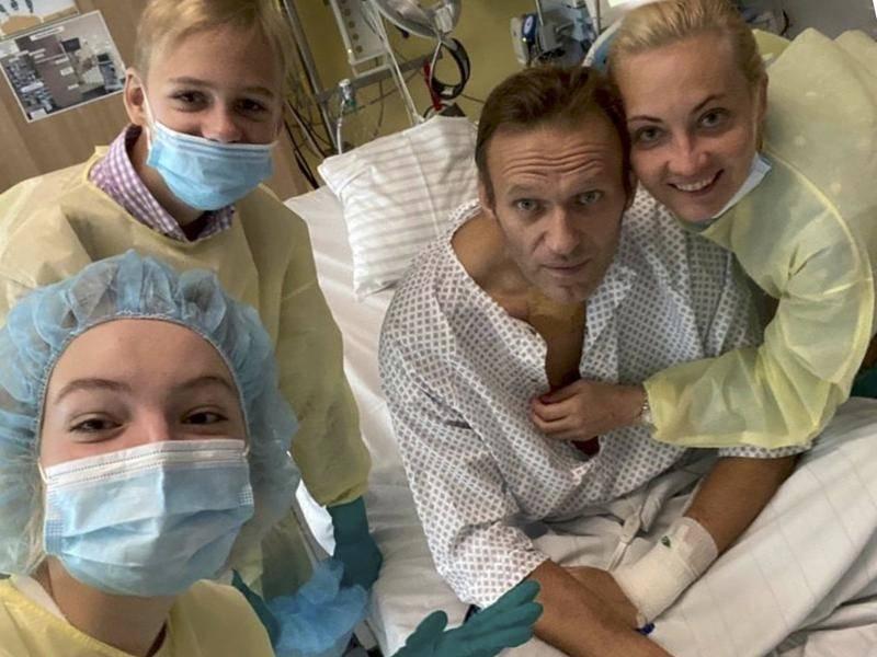 Alexei Navalny đăng ảnh chụp cùng vợ Yulia và hai con tại bệnh viện ở Berlin, Đức, hôm nay. Ảnh: Reuters/Navalny Instagram.