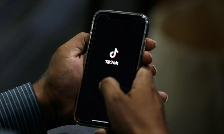 Ứng dụng TikTok khởi động trên một điện thoại thông minh của người dùng. Ảnh: AP.