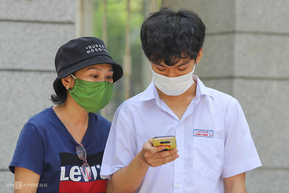 Thí sinh và phụ huynh ở Đà Nẵng sau khi hoàn thành bài thi tốt nghiệp THPT môn Văn, sáng 3/9. Ảnh: Nguyễn Đông.