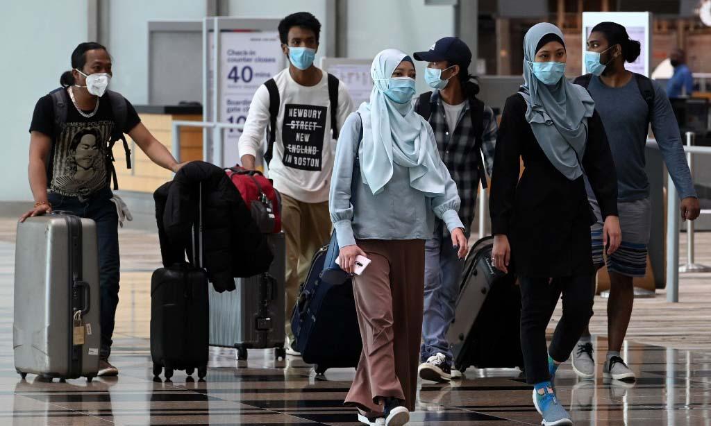Các hành khách tại sân bay quốc tế Changi, Singapore, hôm 11/9. Ảnh: AFP.