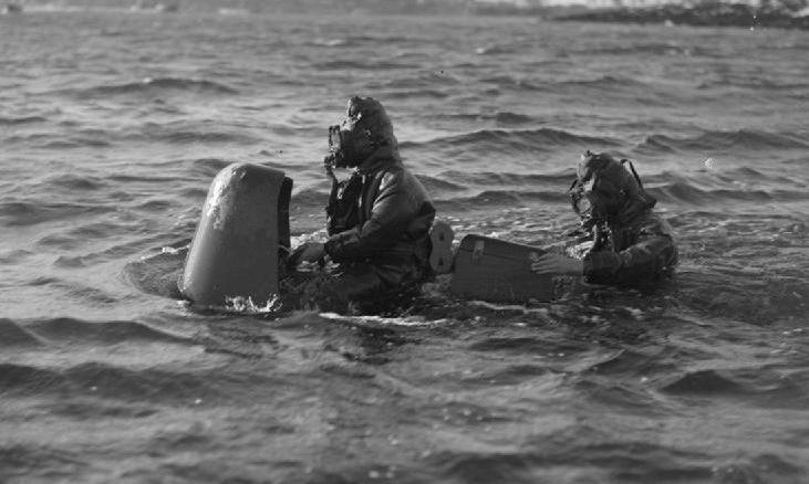 Hai thợ lặn Anh và ngư lôi Chariot huấn luyện trên biển năm 1944. Ảnh: IWM.