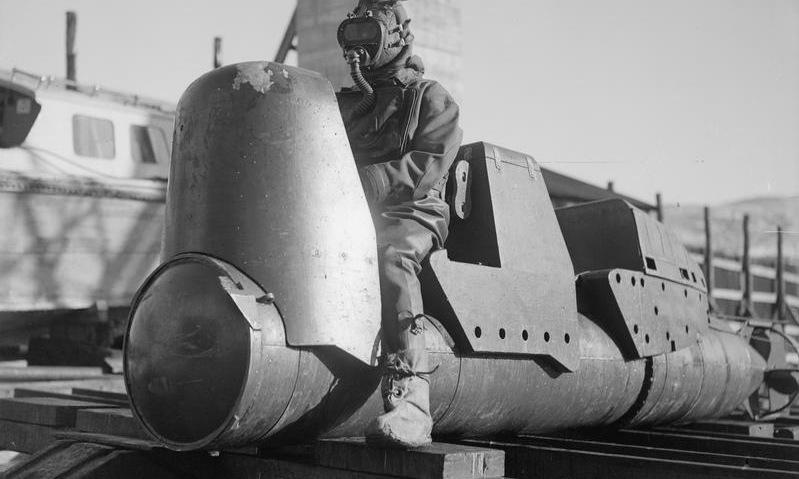 Thợ lặn Anh và ngư lôi Chariot chưa lắp đầu đạn năm 1944. Ảnh: IWM.