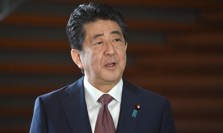 Thủ tướng Nhật Shinzo Abe phát biểu với truyền thông khi đến văn phòng tại Tokyo sáng nay. Ảnh: AFP.