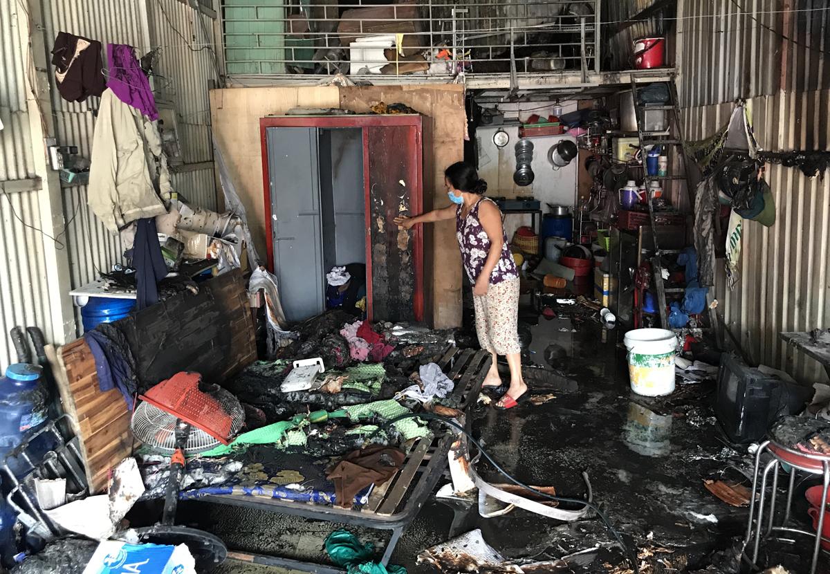 Nhiều tài sản trong căn phòng trọ của bà Trần Thị Biển, 53 tuổi, bị thiêu rụi. Ảnh: Đình Văn.