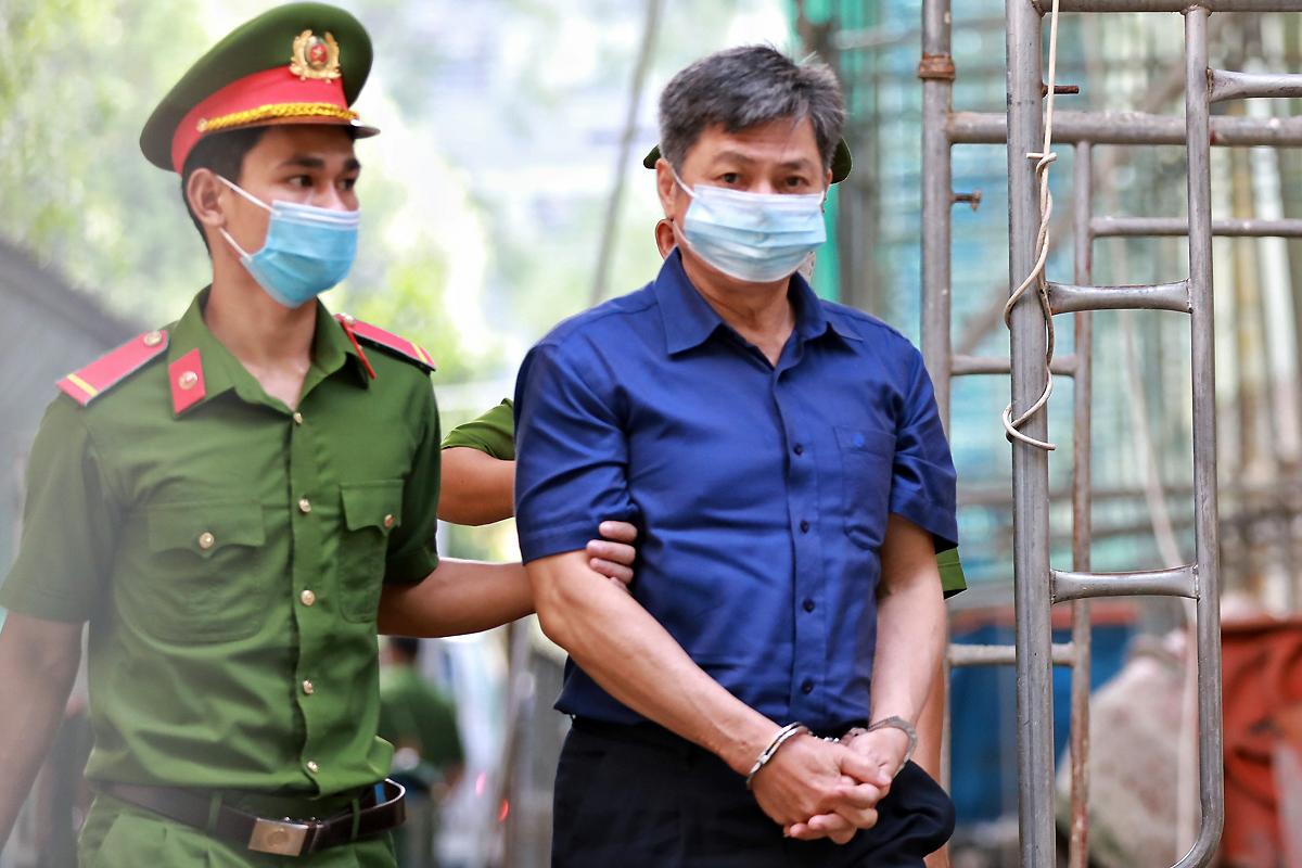Cựu Giám đốc Sở Tài nguyên - Môi trường Đào Anh Kiệt được đưa đến tòa. Ảnh: Hữu Khoa.