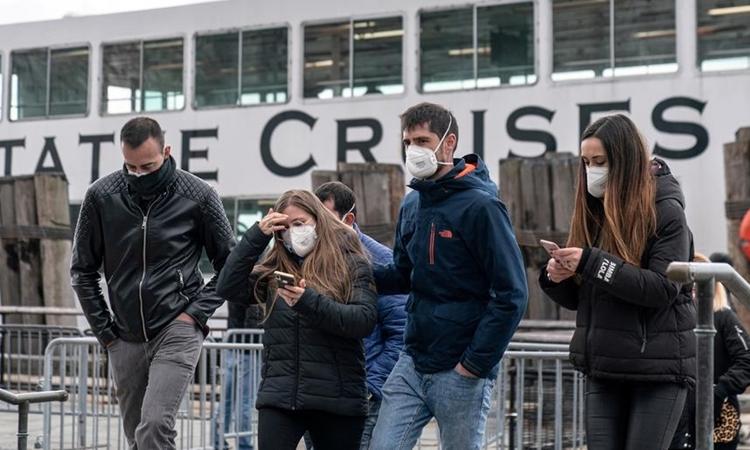 Người dân đeo khẩu trang ở thành phố New York hôm 16/3. Ảnh: Reuters.