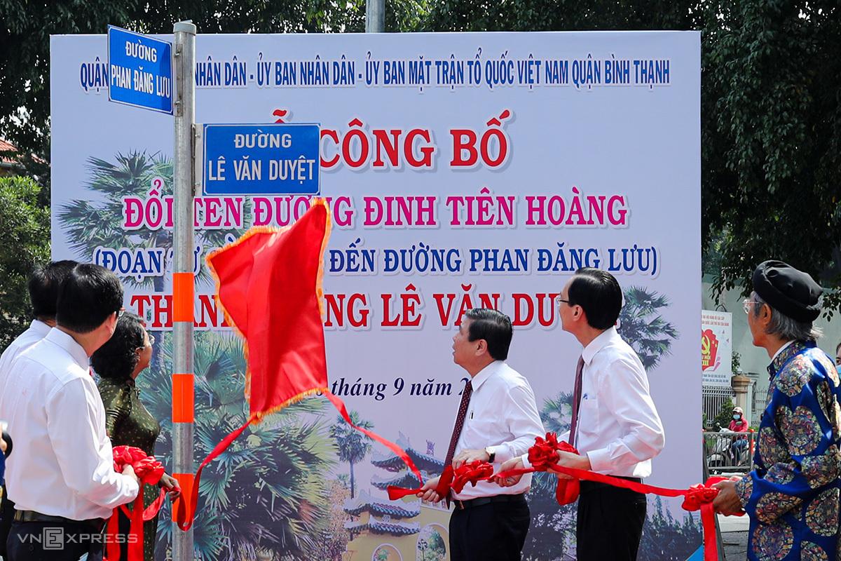 Ông Nguyễn Thành Phong, Chủ tịch UBND thành phố (thứ 3 từ phải qua) tại lễ đặt tên đường Lê Văn Duyệt. Ảnh: Thành Nguyễn.