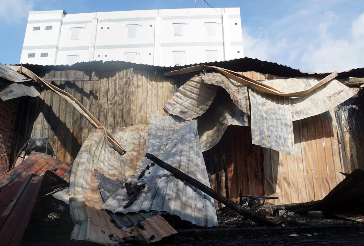 Mái tôn dãy trọ sập đổ sau vụ hỏa hoạn. Ảnh: Đình Văn.