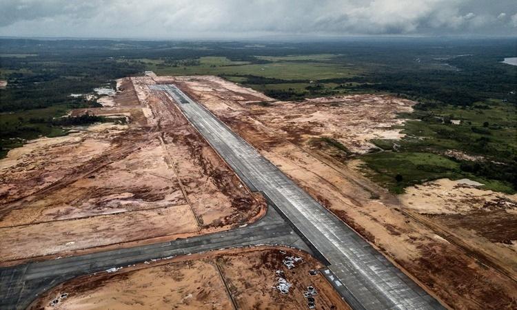 Đường băng đang xây dựng tại sân bay quốc tế Dara Sakor của Campuchia nhìn từ trên cao. Ảnh: NYTimes.