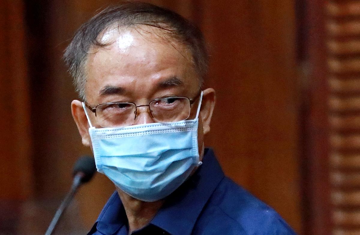 Ông Nguyễn Thành Tài khóc khi trả lời thẩm vấn trưa 16/9. Ảnh: Hữu Khoa.
