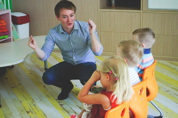 Mark Hemming khi dạy tiếng Anh. Ảnh: Fluent in 3 months