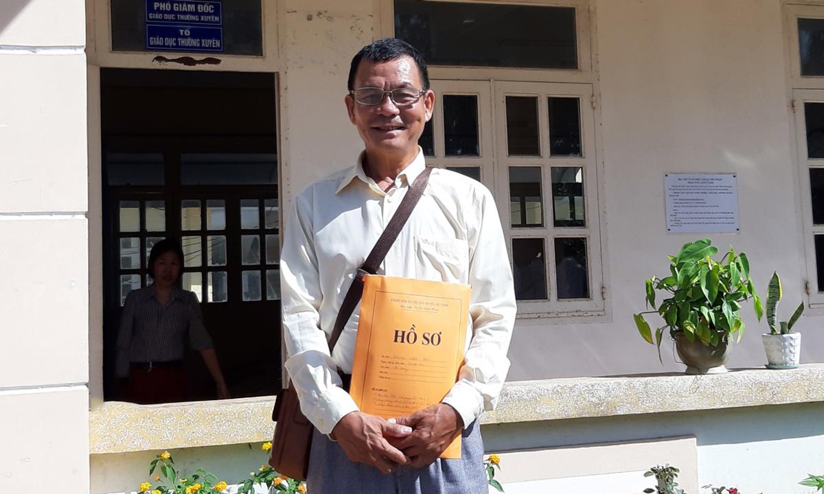 Ông Dương Văn Bảy nhận giấy báo điểm và giấy chứng nhận tốt nghiệp THPT tại Trung tâm giáo dục nghề nghiêp, giáo dục thường xuyên Thoại Sơn. Ảnh: Nhân vật cung cấp