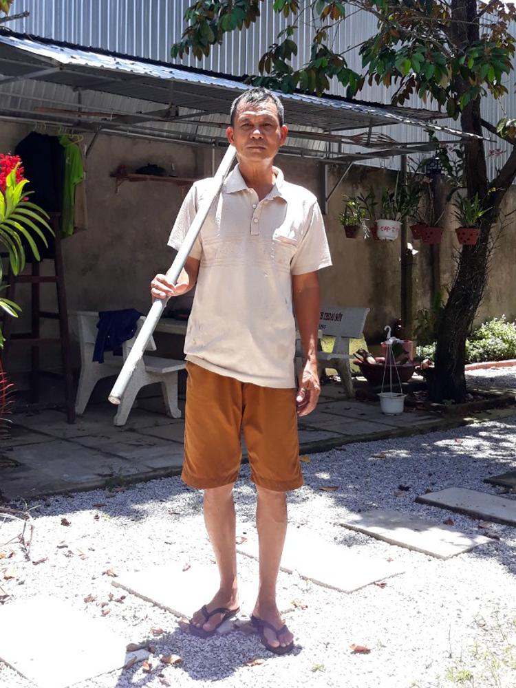 Ông Dương Văn Bảy vác cuốc chuẩn bị làm vườn. Ảnh: Nhân vật cung cấp
