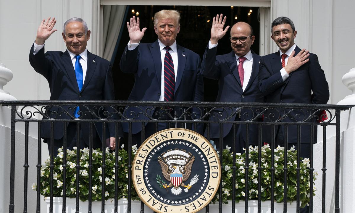 Thủ tướng Israel Benjamin Netanyahu, Tổng thống Donald Trump, Ngoại trưởng Bahrain Khalid bin Ahmed Al Khalifa và Ngoại trưởng UAE Abdullah bin Zayed al-Nahyan (từ trái qua phải) sau lễ ký thỏa thuận tại Nhà Trắng hôm 15/9. Ảnh: AP.
