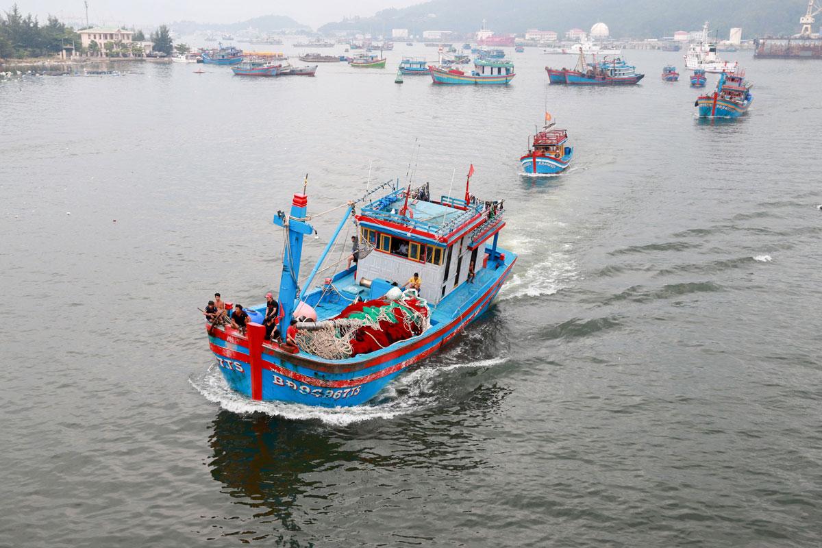 Sáng 17/9, nhiều tàu thuyền di chuyển vào bờ biển Đà Nẵng tránh bão. Ảnh: Văn Đông
