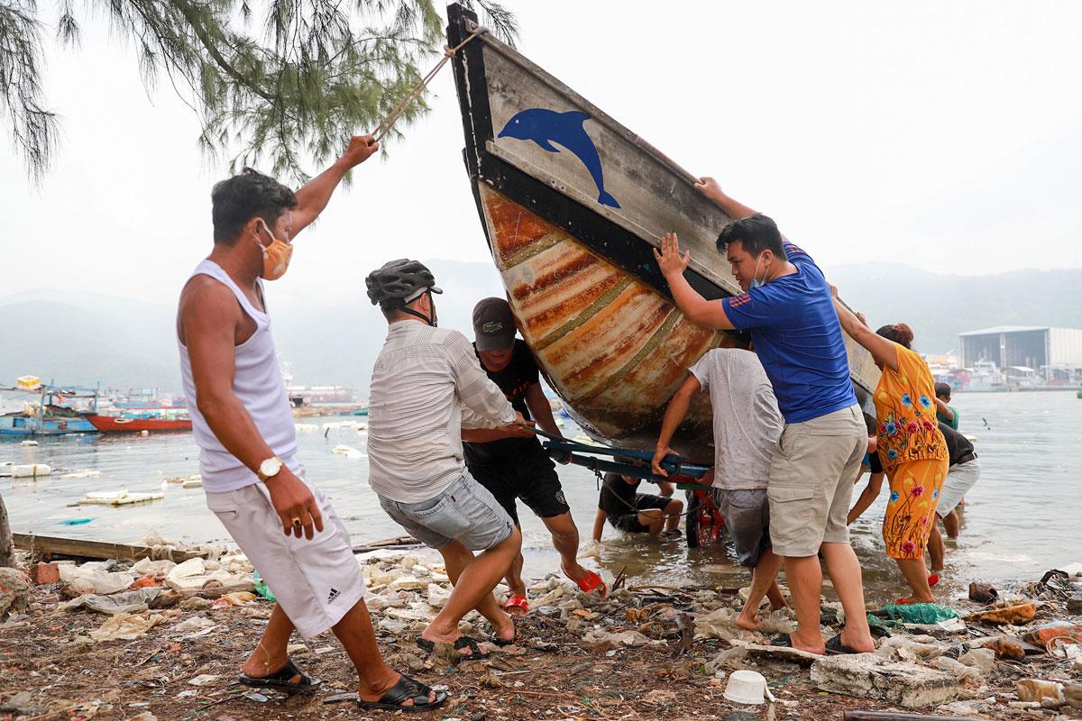 Nhiều tàu thuyền nhỏ ở vịnh Mân Quang, Đà Nẵng cũng được đưa lên bờ sáng 17/9. Ảnh: Văn Đông