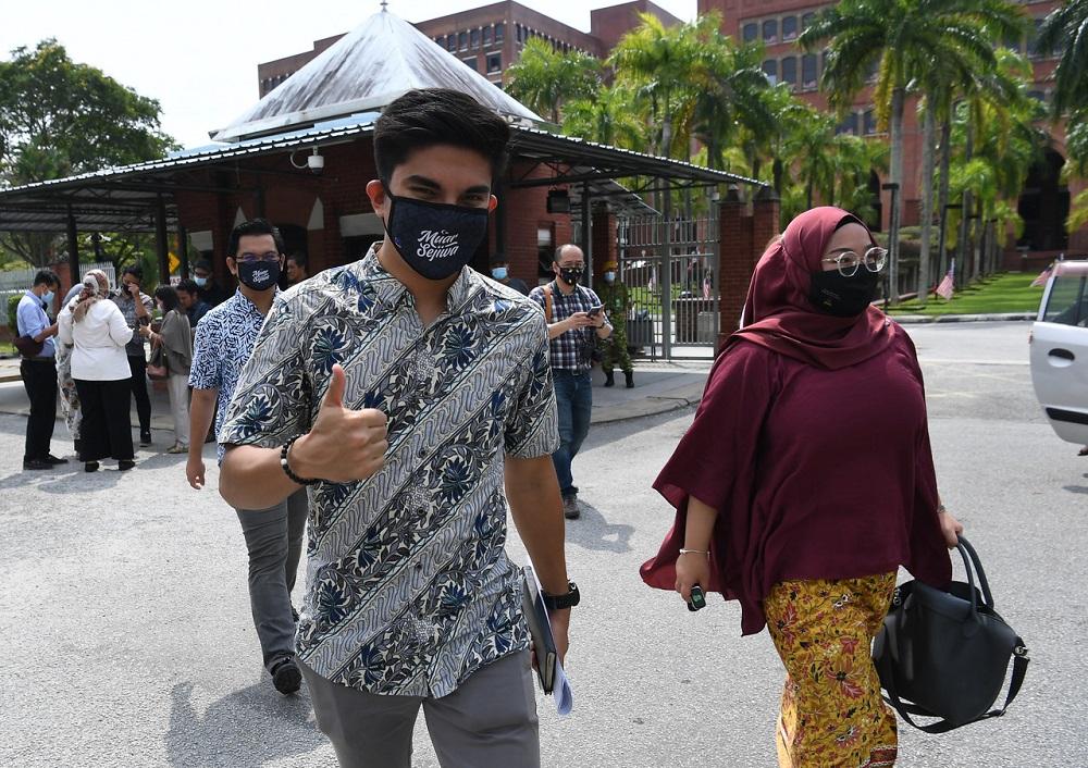 Cựu bộ trưởng Thanh niên và Thể thao Malaysia Syed Saddiq Abdul Rahman (trái) sau khi nộp đơn đăng ký thành lập đảng mới tại Cơ quan Đăng ký Hiệp hội (ROS) ở thành phố Putrajaya hôm 17/9. Ảnh: Bernam